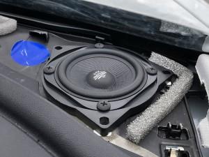 Tesla model 3 voor speakers vervangen