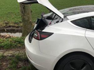 Tesla Model 3 - Voor en achterklep veren vervangen